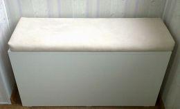 Тумбочка для хранения мелочей на балконе с пуфом сверху