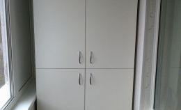 Белый шкаф для хранения на балконе