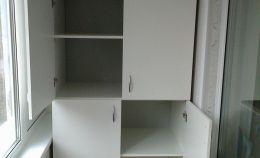 Белый шкаф для хранения на балконе: 2 полки снизу и 3 сверху