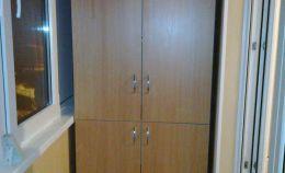 Деревянный шкаф на теплой лоджии