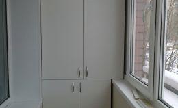 Балконный напольный шкаф с двумя отсеками и полками белого цвета