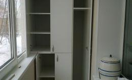 Шкаф на балкон: боковой узкий отсек с 2 полками, нижний с 2 полками и верхний с 4 полками