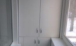 Шкаф на лоджии: сверху установлена сушилка для белья