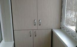 Шкаф на балконе с распашными дверцами