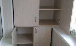 Вместительный шкаф из ламинированного ДСП для лоджии
