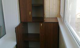 Шкаф на лоджии: узкие 3 полки наверху и 2 широкие снизу