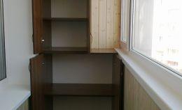 Деревянный шкаф на лоджии с распашными дверками