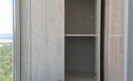 Шкаф с двумя отсеками для хранения на балконе. Вид с открытыми дверками.
