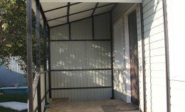 Закрытое крыльцо дома из металлопрофиля